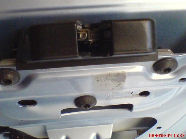 Снял замок целиком.  5331710. АНДРЗОР 11 Июня 2009.  Постоянно горит подсветка в багажнике / салоне.  FF2 Эксплуатация.