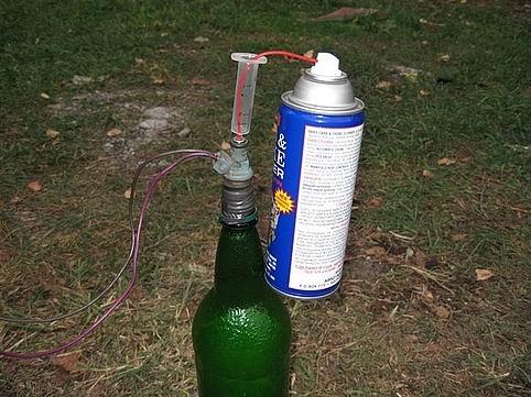 Тогда я не понял, почему на последней фотке трубка надета на распылитель форсунки.  Еще используют шприц как...