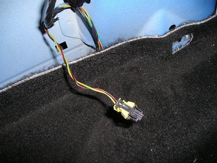 Находится по левому борту хэтча ФФ2 в багажнике.  Эл. схемы, схемы подключения, распиновки и др.