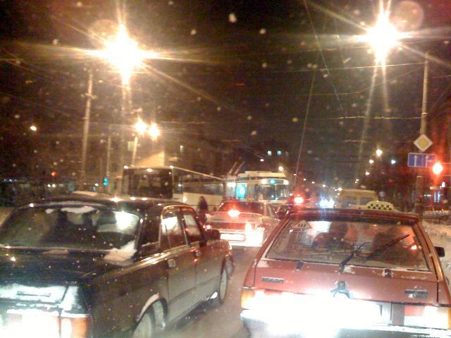 автобус и троллейбус, на перекрестке Челюскинцев. хорошо что ехал не там где движение было перекрыто...