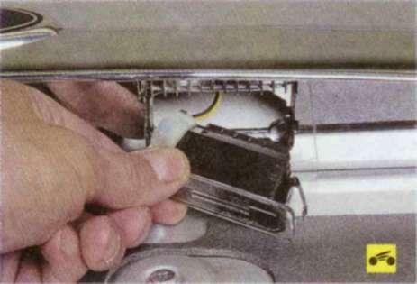 4. ...и извлеките фонарь из накладки дверу задка (крышки багажника) .